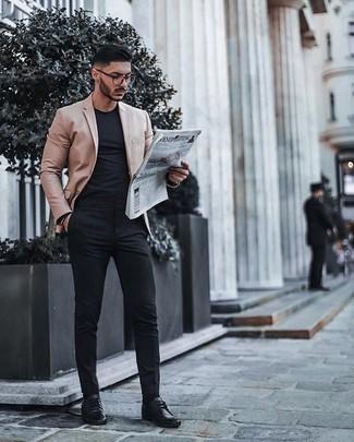 Smart-Casual Outfits Herren 2020: Entscheiden Sie sich für ein beige Sakko für einen für die Arbeit geeigneten Look.