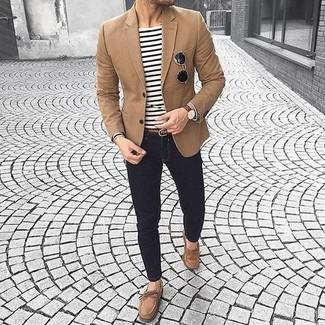 Wie kombinieren: braunes Sakko, weißes und schwarzes horizontal gestreiftes Langarmshirt, schwarze enge Jeans, braune Wildleder Bootsschuhe