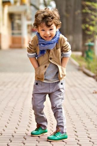 Wie kombinieren: beige Sakko, graues Langarmshirt, graue Hose, grüne Bootsschuhe