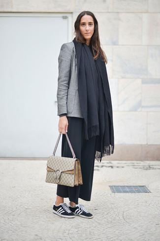 Grauen Schal kombinieren – 266 Damen Outfits: Paaren Sie ein graues Sakko mit einem grauen Schal für einen super lässigen Trend-Look, der, Coolness und Persönlichkeit vermittelt. Dieses Outfit passt hervorragend zusammen mit schwarzen und weißen niedrigen Sneakers.