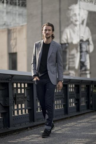 Wie kombinieren: graues Sakko, schwarzes Langarmshirt, dunkelblaue Jeans, schwarze Doppelmonks aus Wildleder