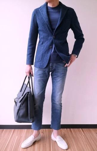 Wie kombinieren: dunkelblaues Wollsakko, dunkelblaues Langarmshirt, blaue Jeans, weiße Leder Slipper