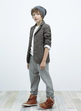 Wie kombinieren: graues Sakko, weißes Langarmshirt, graue Jogginghose, braune Stiefel