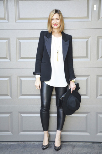 Wie kombinieren: schwarzes Sakko, weißes Langarmshirt, schwarze Lederleggings, schwarze verzierte Leder Pumps
