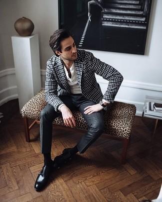 Weißes Langarmshirt mit einer Knopfleiste kombinieren – 44 Herren Outfits: Kombinieren Sie ein weißes Langarmshirt mit einer Knopfleiste mit einer dunkelgrauen Anzughose für Drinks nach der Arbeit. Fühlen Sie sich mutig? Ergänzen Sie Ihr Outfit mit schwarzen Doppelmonks aus Leder.