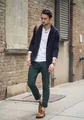 Wie kombinieren: dunkelblaues Wollsakko, weißes Langarmshirt mit einer Knopfleiste, dunkelgrüne Chinohose, braune Leder Derby Schuhe