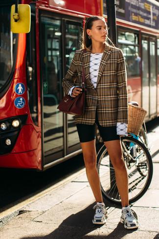 Wie kombinieren: braunes Sakko mit Schottenmuster, weißes bedrucktes Langarmshirt, schwarze Radlerhose, mehrfarbige Sportschuhe
