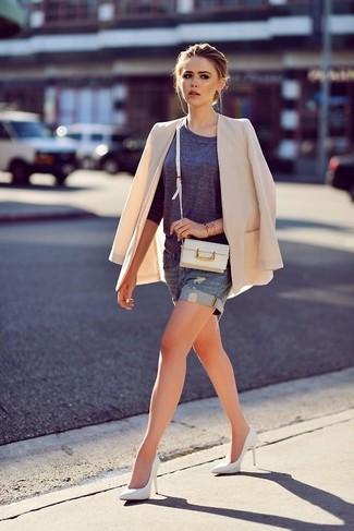 Beige Sakko kombinieren – 136 Damen Outfits: Probieren Sie diese Kombi aus einem beige Sakko und blauen Jeansshorts für ein Alltags-Outfit, das, Charme und Charakter ausstrahlt. Weiße Leder Pumps sind eine ideale Wahl, um dieses Outfit zu vervollständigen.