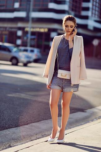 Beige Sakko kombinieren – 136 Damen Outfits: Ein beige Sakko und dunkelblaue Jeansshorts sind absolut Freizeit-Essentials und können mit einer Vielzahl von Stücken kombiniert werden, um ein aufregenden, legeres Outfit zu erreichen. Weiße Leder Pumps sind eine gute Wahl, um dieses Outfit zu vervollständigen.