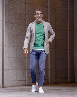Wie graues Sakko mit blauer Jeans zu kombinieren – 1 Lässige Herren Outfits: Kombinieren Sie ein graues Sakko mit blauen Jeans, um einen lockeren, aber dennoch stylischen Look zu erhalten. Suchen Sie nach leichtem Schuhwerk? Entscheiden Sie sich für weißen Segeltuch niedrige Sneakers für den Tag.