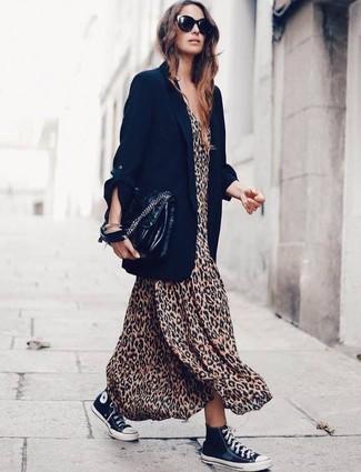 Schwarzes Sakko kombinieren – 8 Damen Outfits: Möchten Sie einen modischen, entspannten Look erzielen, ist die Kombi aus einem schwarzen Sakko und einem beige Maxikleid mit Leopardenmuster ganz wunderbar. Fühlen Sie sich ideenreich? Komplettieren Sie Ihr Outfit mit schwarzen und weißen hohen Sneakers aus Segeltuch.