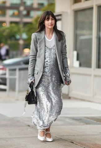 Wie kombinieren: graues Wollsakko, silbernes Paillette Maxikleid, weißes T-Shirt mit einem Rundhalsausschnitt aus Netzstoff, weiße Leder Pumps