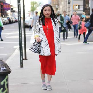 Rosa Socken kombinieren: trends 2020: Wahlen Sie ein weißes und schwarzes gepunktetes Sakko und rosa Socken - mehr brauchen Sie nicht, um ein ideales entspanntes Trend-Outfit zu schaffen. Dieses Outfit passt hervorragend zusammen mit grauen Slip-On Sneakers.