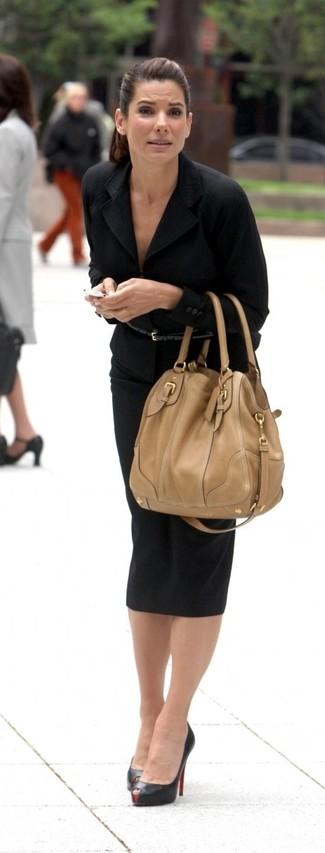 40 Jährige: Beige Shopper Tasche aus Leder kombinieren – 4 Damen Outfits: Mit dieser Kombi aus einem schwarzen Sakko und einer beige Shopper Tasche aus Leder werden Sie die optimale Balance zwischen legerem Trend-Look und zeitgenössische Stil schaffen. Vervollständigen Sie Ihr Look mit schwarzen Leder Pumps.