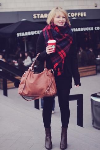 Wie kombinieren: schwarzes Sakko, schwarzer Minirock, dunkelbraune Leder Stiefeletten, braune Shopper Tasche aus Leder