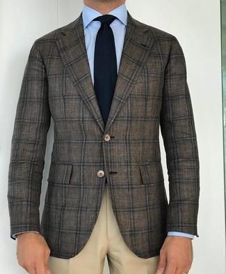 Wie kombinieren: olivgrünes Wollsakko mit Schottenmuster, hellblaues Businesshemd, hellbeige Anzughose, schwarze Strick Krawatte