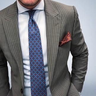 Blaue bedruckte Krawatte kombinieren: trends 2020: Tragen Sie ein olivgrünes vertikal gestreiftes Sakko und eine blaue bedruckte Krawatte, um vor Klasse und Perfektion zu strotzen.