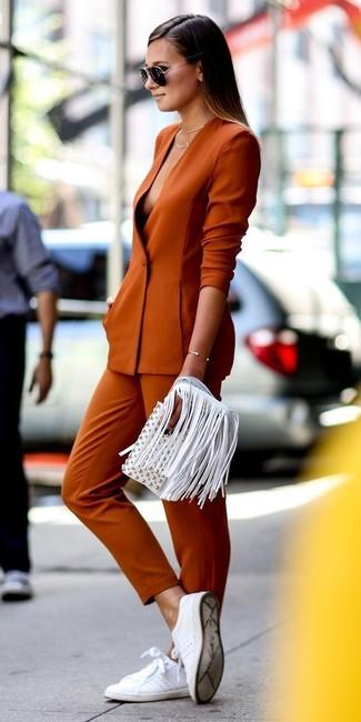 4387665fe0b24e Wie kombinieren: orange Sakko, orange enge Hose, weiße Leder niedrige  Sneakers, weiße