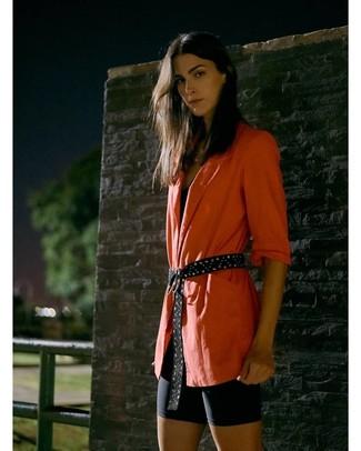 Wie kombinieren: orange Sakko, schwarzes Trägershirt, schwarze Radlerhose, schwarzer beschlagener Wildledergürtel