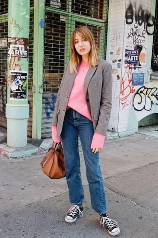 Wie kombinieren: braunes Wollsakko, fuchsia Oversize Pullover, blaue Jeans, schwarze und weiße hohe Sneakers aus Segeltuch