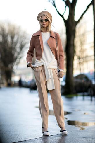 Wie kombinieren  beige Wollsakko, weißer Oversize Pullover, hellbeige  Karottenhose, hellbeige Leder Pumps 23d1aa17bb