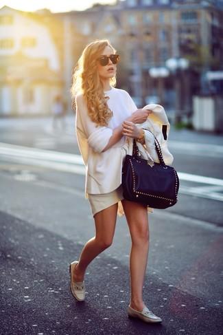Weißen Oversize Pullover kombinieren: trends 2020: Tragen Sie einen weißen Oversize Pullover und einen weißen Schößchen-Rock, umein stylisches Casual-Outfit zu erreichen, der in der Garderobe der Frau auf keinen Fall fehlen darf. Hellbeige Leder Slipper sind eine einfache Möglichkeit, Ihren Look aufzuwerten.