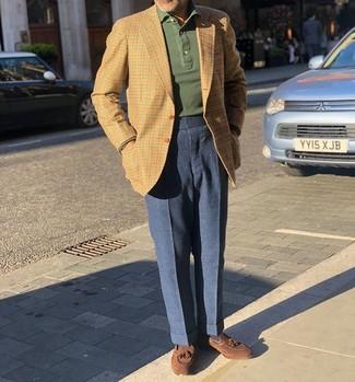 Wie kombinieren: beige Sakko mit Vichy-Muster, dunkelgrüner Polo Pullover, dunkelblaue Wollanzughose, braune Wildleder Slipper mit Quasten
