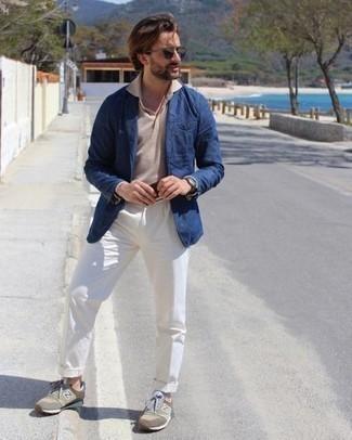 30 Jährige: Hose kombinieren – 500+ Herren Outfits: Paaren Sie ein dunkelblaues Sakko mit einer Hose für eine klassischen und verfeinerte Silhouette. Ergänzen Sie Ihr Look mit olivgrünen Sportschuhen.