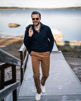 Beige Anzughose kombinieren – 651+ Herren Outfits: Paaren Sie ein dunkelblaues Sakko mit einer beige Anzughose für einen stilvollen, eleganten Look. Bringen Sie die Dinge durcheinander, indem Sie weiße Segeltuch niedrige Sneakers mit diesem Outfit tragen.
