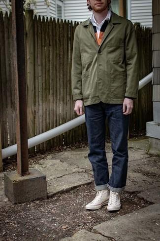 Mehrfarbigen Polo Pullover kombinieren – 3 Herren Outfits: Entscheiden Sie sich für einen mehrfarbigen Polo Pullover und dunkelblauen Jeans, wenn Sie einen gepflegten und stylischen Look wollen. Weiße hohe Sneakers aus Segeltuch liefern einen wunderschönen Kontrast zu dem Rest des Looks.