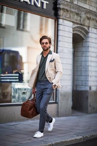Wie kombinieren: hellbeige Sakko, dunkelgraues Polohemd, dunkelblaue Anzughose, weiße Leinenschuhe