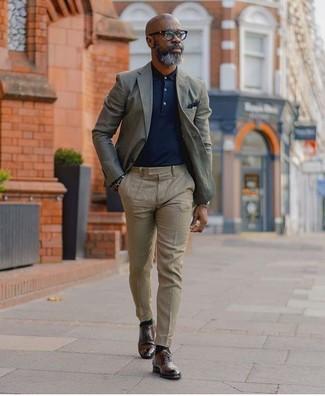 Wie kombinieren: graues Sakko, dunkelblaues Polohemd, hellbeige Anzughose, dunkelbraune Leder Derby Schuhe