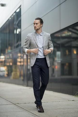 Wie kombinieren: graues Sakko mit Schottenmuster, graues Polohemd, schwarze Anzughose, schwarze Leder Derby Schuhe