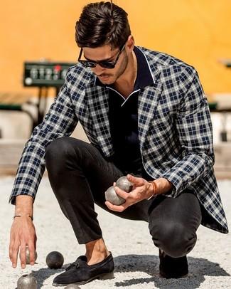 Wie kombinieren: dunkelblaues und weißes Sakko mit Schottenmuster, dunkelblaues Polohemd, schwarze Anzughose, schwarze Wildleder Slipper mit Quasten