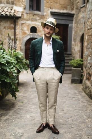 Weißes Polohemd kombinieren: trends 2020: Stechen Sie unter anderen modebewussten Menschen hervor mit einem weißen Polohemd und einer hellbeige Anzughose. Putzen Sie Ihr Outfit mit dunkelbraunen Leder Slippern.