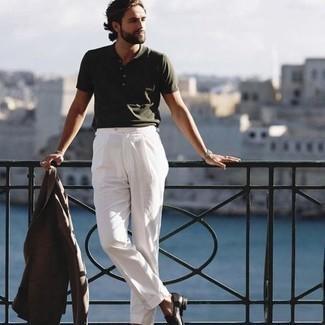 Dunkelbraune Leder Slipper kombinieren – 500+ Herren Outfits: Kombinieren Sie ein braunes Wollsakko mit einer weißen Anzughose, um vor Klasse und Perfektion zu strotzen. Dunkelbraune Leder Slipper sind eine perfekte Wahl, um dieses Outfit zu vervollständigen.