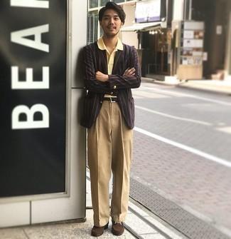 Beige Anzughose kombinieren – 926+ Herren Outfits: Erwägen Sie das Tragen von einem dunkelroten vertikal gestreiften Sakko und einer beige Anzughose, um vor Klasse und Perfektion zu strotzen. Vervollständigen Sie Ihr Look mit dunkelbraunen Wildleder Slippern.