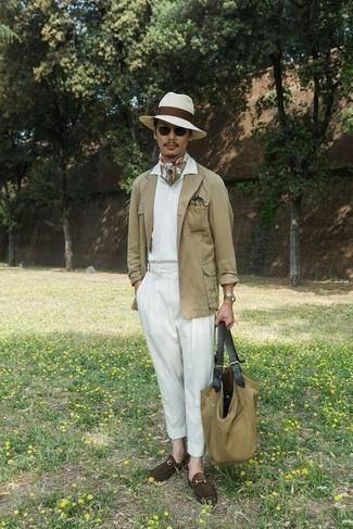 Weißes Polohemd kombinieren – 419 Herren Outfits: Die Paarung aus einem weißen Polohemd und einer weißen Anzughose ist eine gute Wahl für einen Tag im Büro. Wählen Sie dunkelbraunen Wildleder Slipper, um Ihr Modebewusstsein zu zeigen.