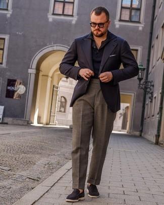 Herren Outfits 2021: Tragen Sie ein dunkelblaues Sakko und eine graue Anzughose, um vor Klasse und Perfektion zu strotzen. Dieses Outfit passt hervorragend zusammen mit dunkelblauen Wildleder Slippern.