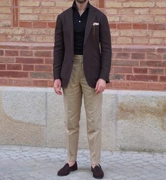 Schwarzes Polohemd kombinieren – 251 Herren Outfits: Erwägen Sie das Tragen von einem schwarzen Polohemd und einer beige Anzughose für Drinks nach der Arbeit. Schalten Sie Ihren Kleidungsbestienmodus an und machen dunkelbraunen Wildleder Slipper zu Ihrer Schuhwerkwahl.
