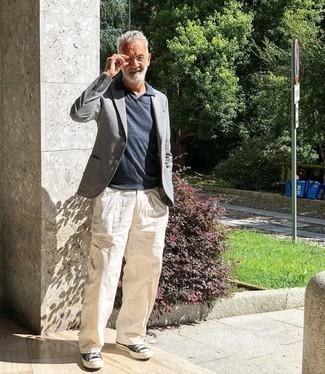 Weiße Cargohose kombinieren – 10 Frühling Herren Outfits: Kombinieren Sie ein graues Wollsakko mit einer weißen Cargohose für ein sonntägliches Mittagessen mit Freunden. Fühlen Sie sich mutig? Entscheiden Sie sich für dunkelblauen und weißen Segeltuch niedrige Sneakers. Was für eine coole Frühlings-Look Idee!