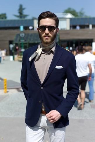Wie kombinieren: dunkelblaues Sakko, graues Polohemd, weiße Chinohose, hellblaues Einstecktuch