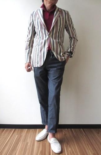 Wie kombinieren: mehrfarbiges vertikal gestreiftes Baumwollsakko, dunkelrotes Polohemd, dunkelgraue Chinohose, weiße Wildleder Slipper