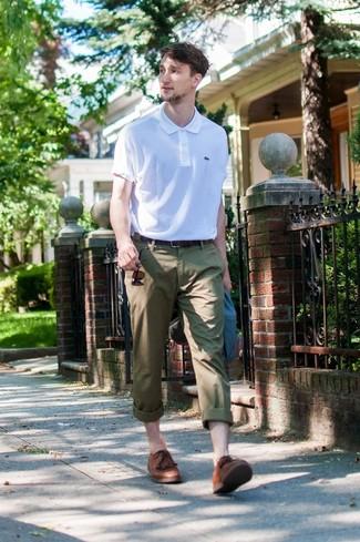 Wie kombinieren: dunkelblaues Sakko, weißes Polohemd, olivgrüne Chinohose, braune Leder Derby Schuhe