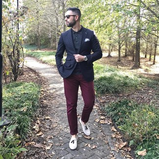 Dunkelrote Chinohose kombinieren: Entscheiden Sie sich für ein dunkelblaues Sakko mit Karomuster und eine dunkelrote Chinohose für Drinks nach der Arbeit. Schalten Sie Ihren Kleidungsbestienmodus an und machen weißen Leder Slipper mit Quasten zu Ihrer Schuhwerkwahl.