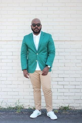 Weißes Polohemd kombinieren: trends 2020: Kombinieren Sie ein weißes Polohemd mit einer beige Chinohose für einen bequemen Alltags-Look. Weiße Segeltuch niedrige Sneakers sind eine ideale Wahl, um dieses Outfit zu vervollständigen.