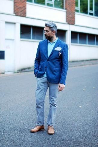 Chinohose kombinieren: trends 2020: Tragen Sie ein blaues Sakko und eine Chinohose für Drinks nach der Arbeit. Fühlen Sie sich mutig? Vervollständigen Sie Ihr Outfit mit beige Leder Brogues.