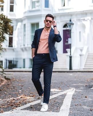 Smart-Casual Outfits Herren 2020: Paaren Sie ein dunkelblaues Sakko mit einer dunkelblauen Chinohose, um einen modischen Freizeitlook zu kreieren. Fühlen Sie sich ideenreich? Ergänzen Sie Ihr Outfit mit weißen Segeltuch niedrigen Sneakers.