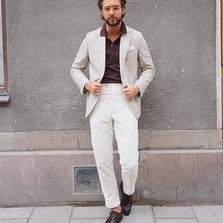 Dunkelbraune Leder Derby Schuhe kombinieren – 500+ Herren Outfits: Kombinieren Sie ein hellbeige Sakko mit einer weißen Chinohose, um einen eleganten, aber nicht zu festlichen Look zu kreieren. Fühlen Sie sich mutig? Entscheiden Sie sich für dunkelbraunen Leder Derby Schuhe.