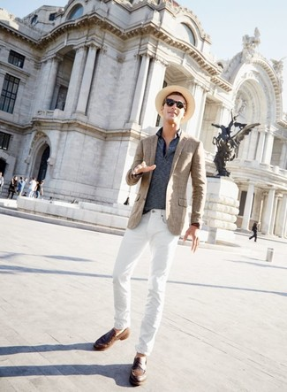Wie kombinieren: braunes Sakko mit Schottenmuster, dunkelblaues horizontal gestreiftes Polohemd, weiße Jeans, braune Leder Slipper